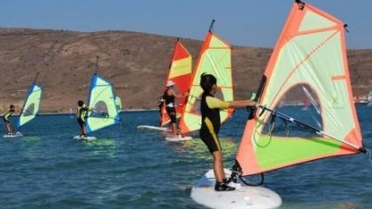 Minik sörfçüler, haydi Alaçatı'ya!