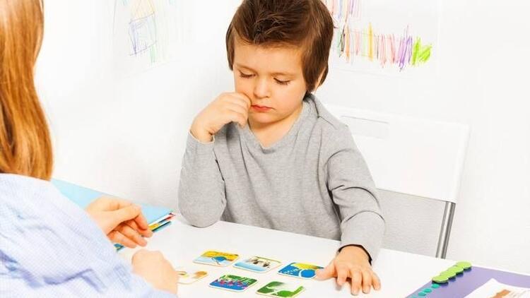 Otizmli çocuklarda dil nasıl gelişir?
