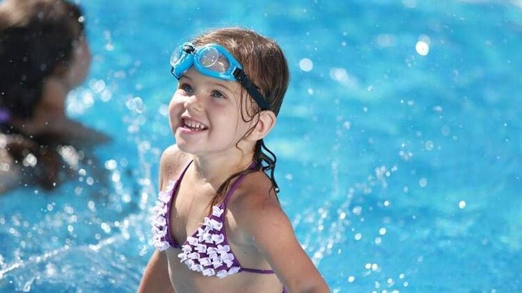 Havuz keyfi, çocukların dişlerine malolmasın…