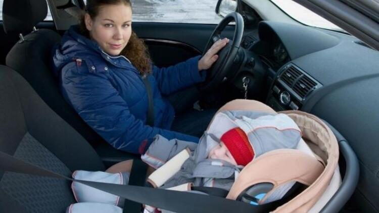 Trafikte anne, arabada bebek var!