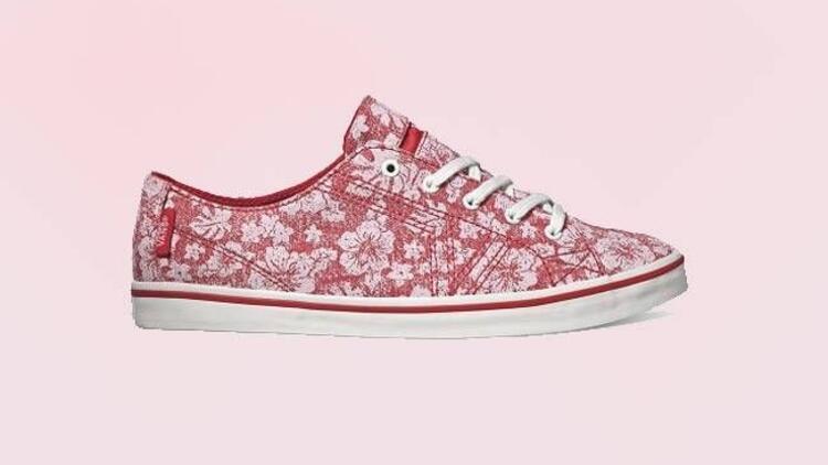 Çiçek desenli spor ayakkabılar