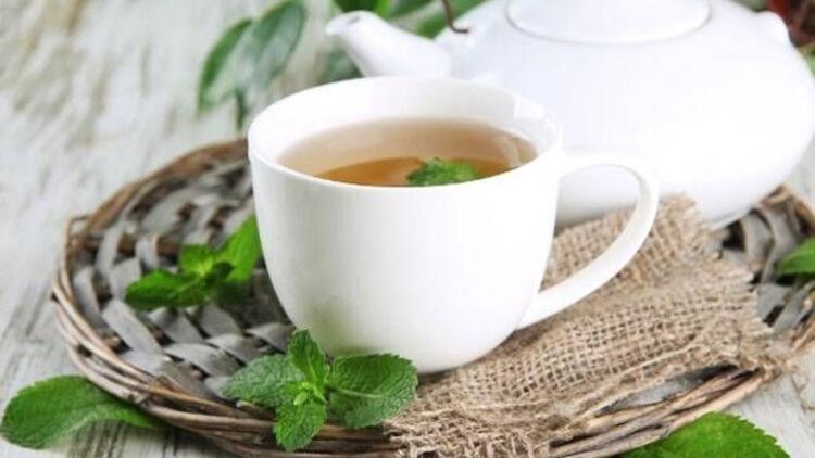 Bitki çayını porselen demlikte hazırlayın