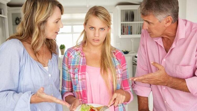 Ergen çocuk, ailesini sürekli eleştirebilir
