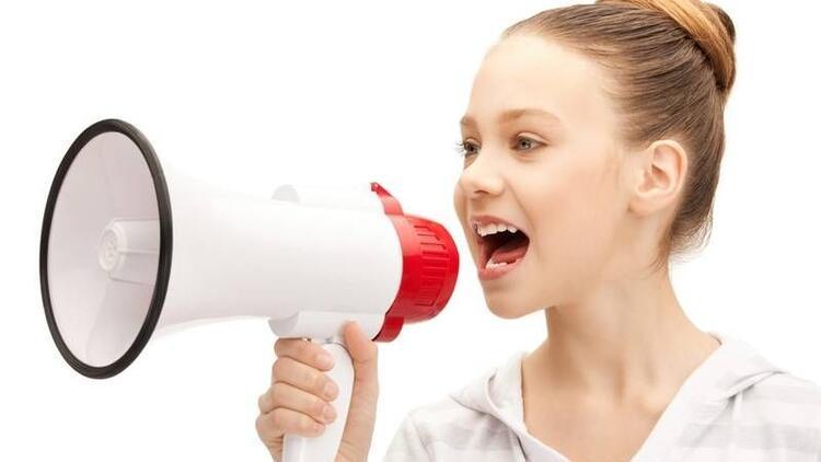 """Çocuğunuzun sesi çok inceyse """"puberfoni"""" olabilir"""