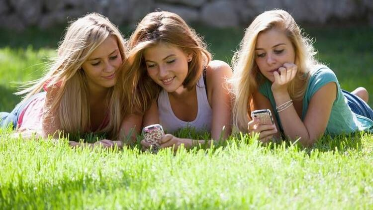 Ergenliğe giren kızların arkadaşlarında azalma olur