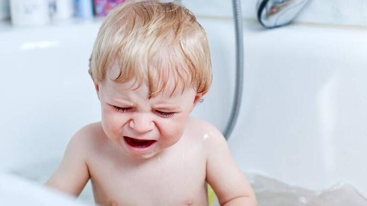 Ateşi olan çocuğu soğuk su ile yıkamayın!