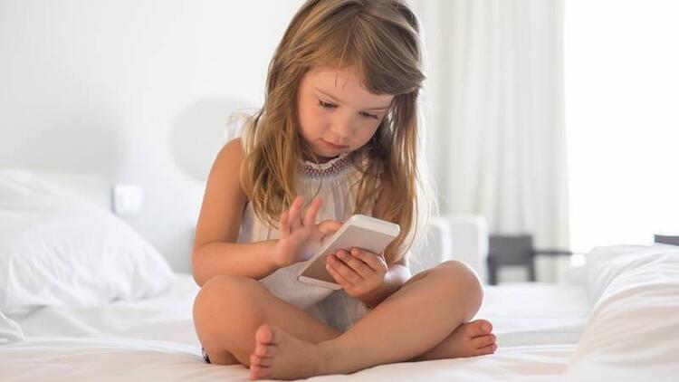 Çocuğa 12 yaşından önce cep telefonu vermeyin