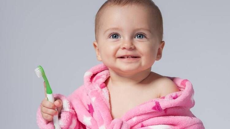 Bebek dişindeki süt artıkları mutlaka temizlenmeli