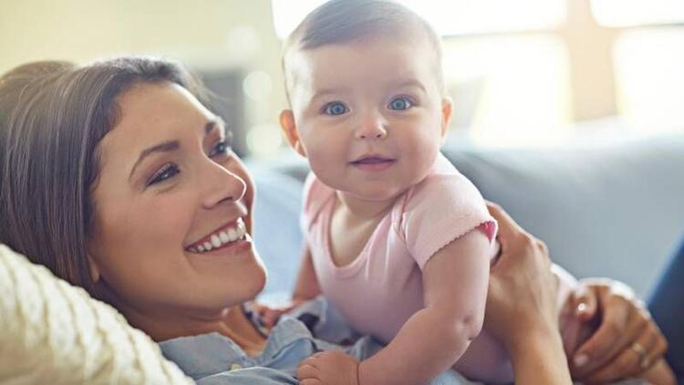 """Ebeveynlere tavsiye: """"Bebeği kucağa alıştırın"""""""