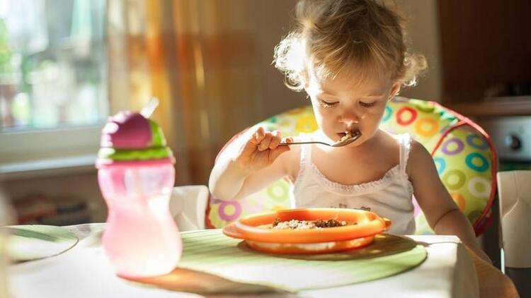 Çocuğunuzun tabağına yiyeceği kadar yemek koyun