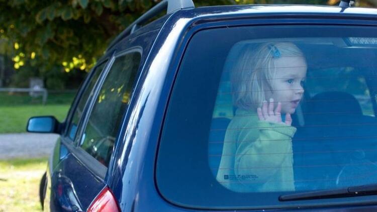 Çocuğunuzu asla arabada yalnız bırakmayın!