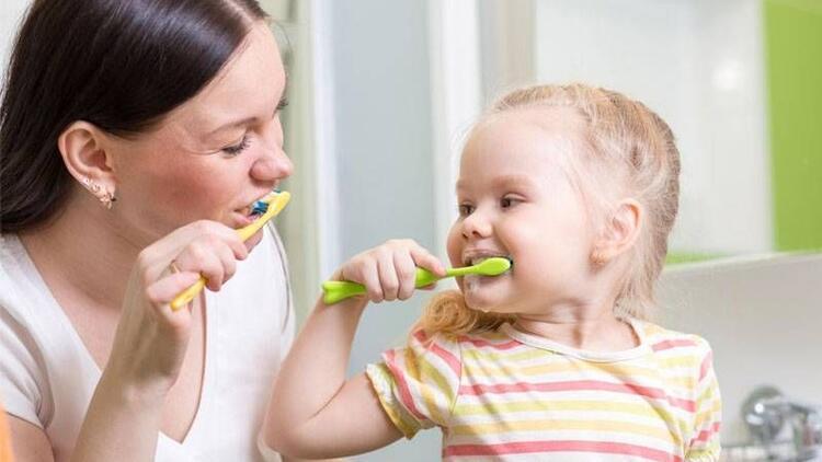 Annelere çocukların diş bakımı için 4 önemli tavsiye