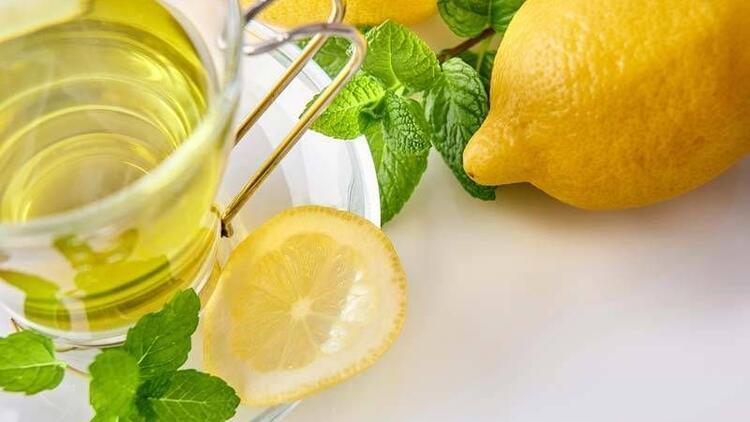 Yeşil çay demlerken içine 1 dilim limon atın