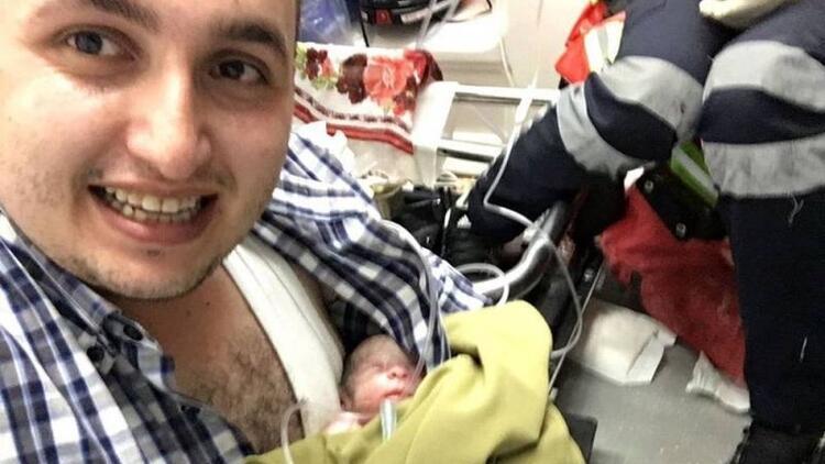 Ambulansta doğan bebeği göğsünde ısıtarak yaşattı