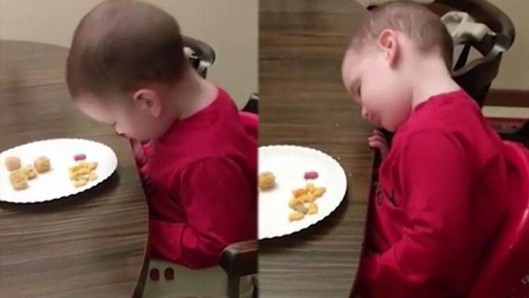 Yemek sırasında uykusu gelen ufaklık!