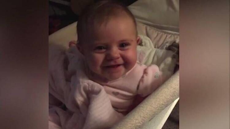 Kamerayı görünce ağlamayı bırakan sevimli bebek!