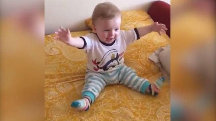 'Erik dalı gevrektir' türküsü ile çoşan bebek!