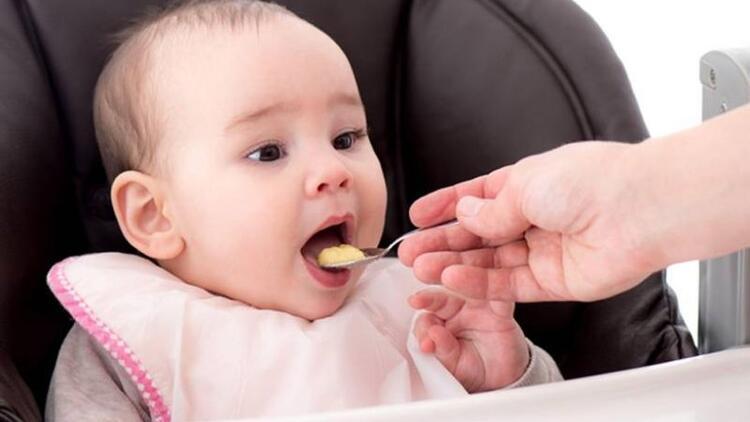 Ek gıdaya geçerken bebeğinizi zorlamayın