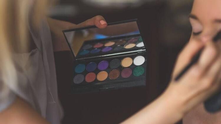 Makyaj malzemeleri görme kaybına neden olabiliyor