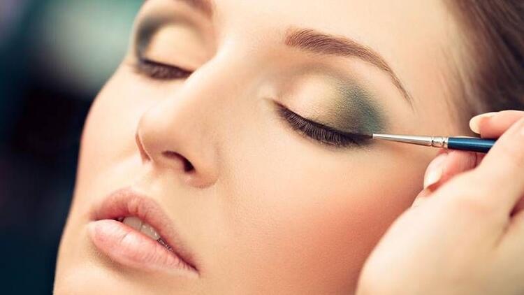 Kalıcı eyeliner ile kusursuz göz makyajı