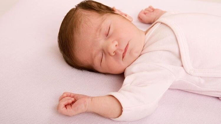 Bebeğimin uyku saatlerini nasıl düzenlemeliyim?