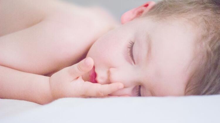 Bebeklerin gece boyunca kesintisiz uyuması neden önemli?