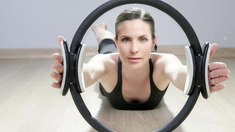 Sihirli pilates çemberi (Magic pilates circle) sıkılaşmaya yardımcı