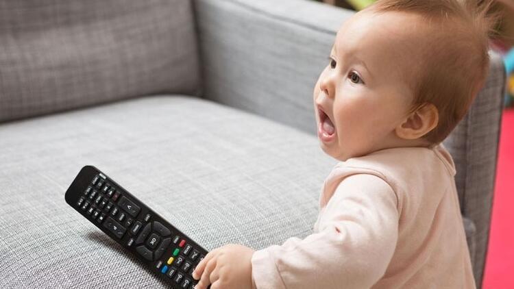 TV'den gözünü ayırmayan bebekte gelişim geriliği şüphesi