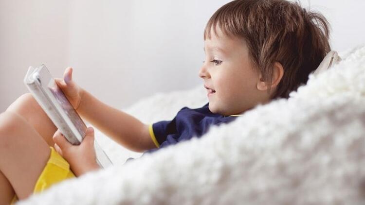 Çocuklar tatilde günde yarım saat tablet kullanmalı