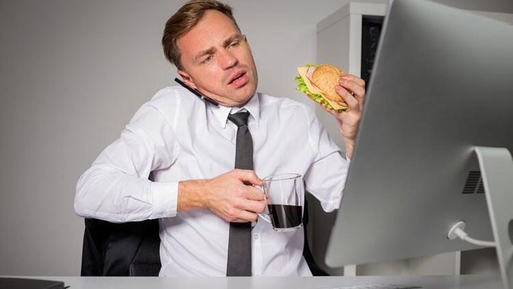 İş yükü ve bitkinlik kontrolsüz beslenmeyi tetikliyor