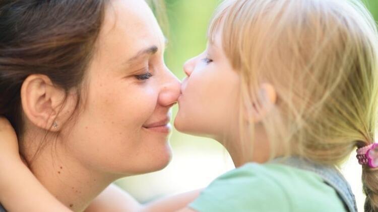 """""""Kızım sürekli dudaktan öpmek istiyor, ne yapmalıyım?"""""""