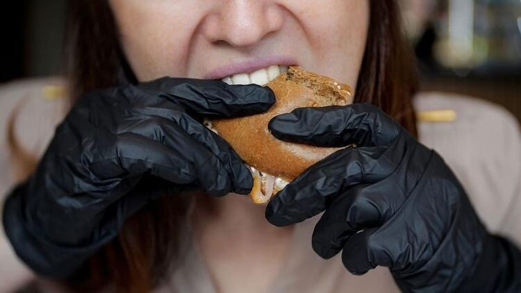 Uzmanlar uyarıyor: Hamburger yerken takılan siyah eldivenlere dikkat!
