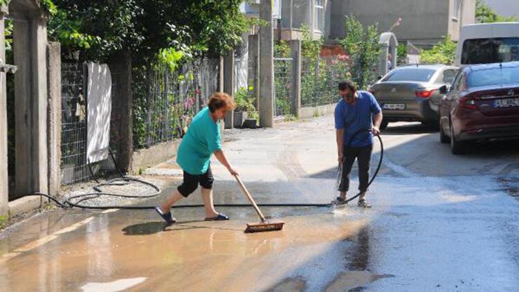 Su borusu patladı, evleri su bastı
