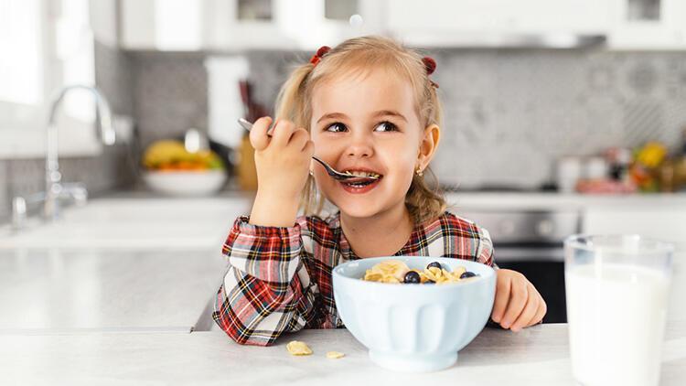 Çocuklar ne kadar yemek yiyeceğine kendileri karar vermeli