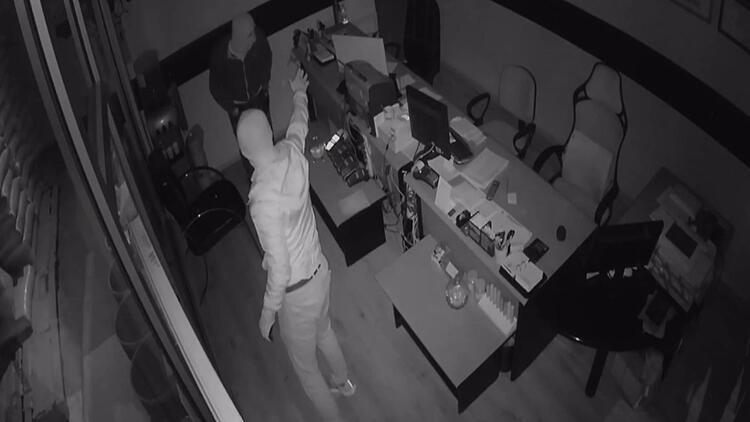 Tavşanlı'da 3 iş yerini soyan hırsızlar güvenlik kamerasında