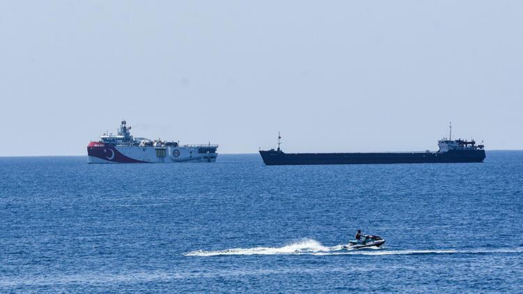 Antalya Körfezi'ne demirleyen Oruç Reis'e, 2 fırkateyn eşlik ediyor