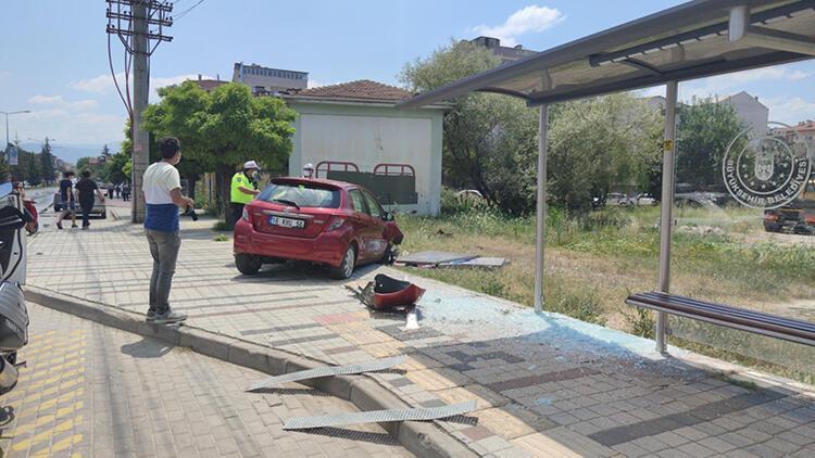 Bursada otomobil durağa girdi: 2 yaralı