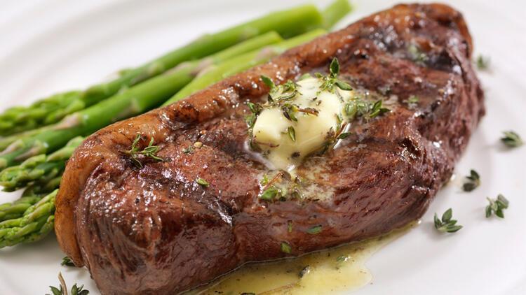 Eti haşlayarak pişirin, yanında bol salata yiyin