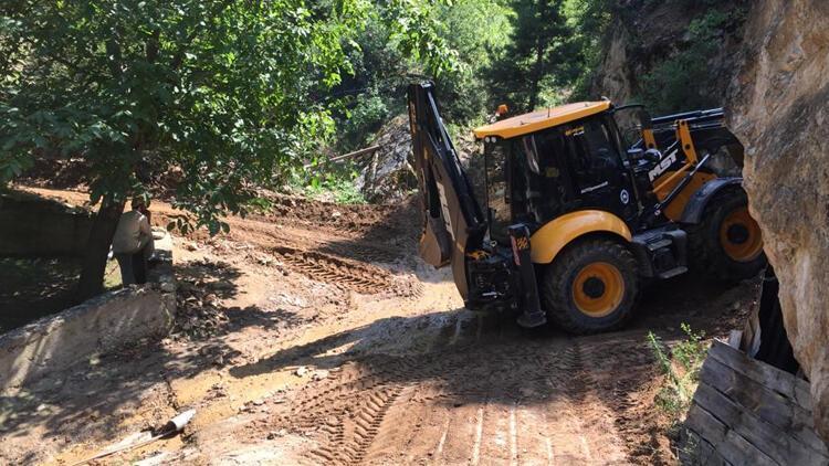Erzurumdaki selde kapanan yolların açılması için çalışmalar sürüyor
