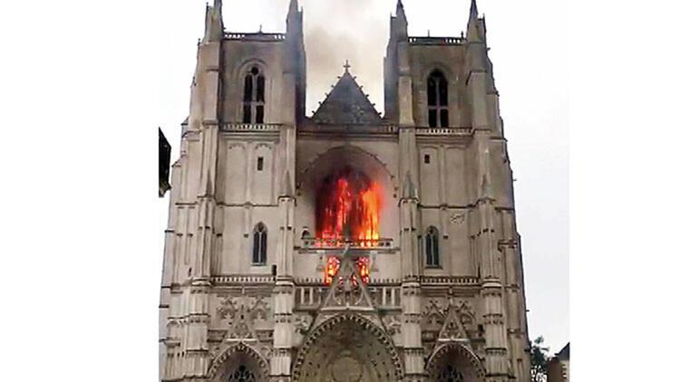 """Fransa'da ünlü katedrali yakan zanlı: """"Pişmanım"""""""
