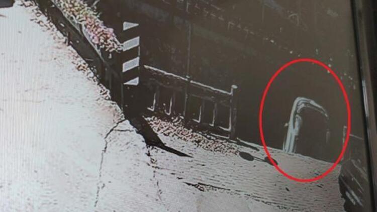 Sürücüsünün el frenini çekmeyi unuttuğu araç kanala böyle uçtu