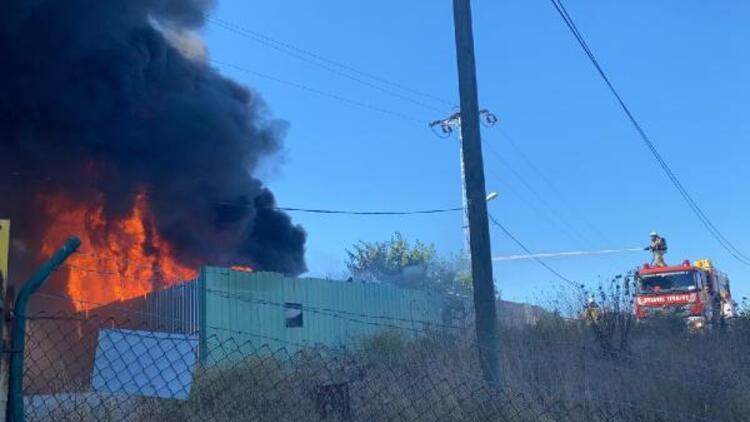 Son dakika... Maltepede araç parçalarının olduğu depoda yangın
