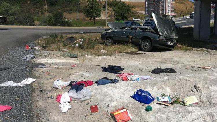 Devrilen otomobilin sürücüsü yaralandı, eşyalar yola saçıldı