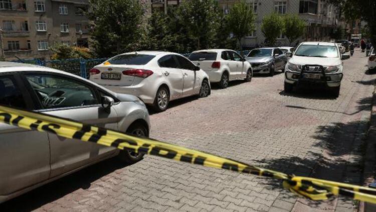 Sultangazide dur ihtarına uymayan şüpheliler polis aracına çarpıp kaçtı