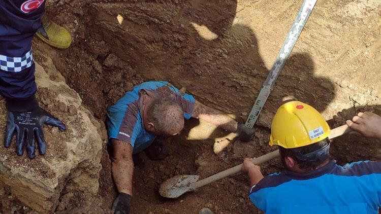 Toprak altında kaldı, itfaiye ekipleri kurtardı