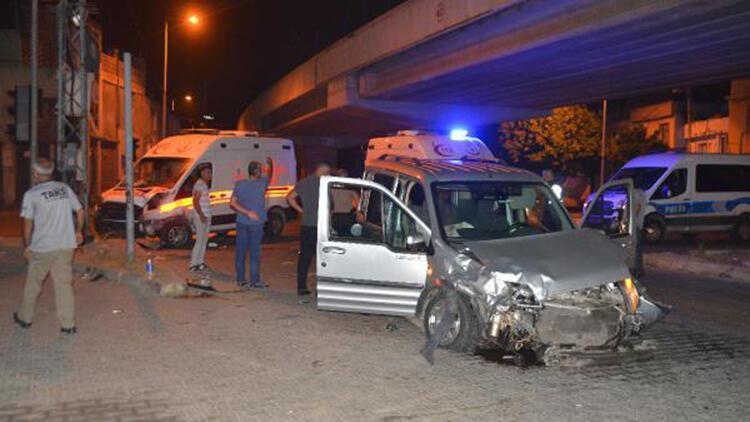 Ambulans ile hafif ticari araç çarpıştı: 1 yaralı