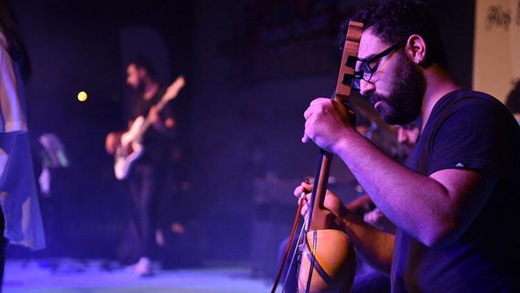 Tuzla'da gençlerden sosyal mesafeli konser