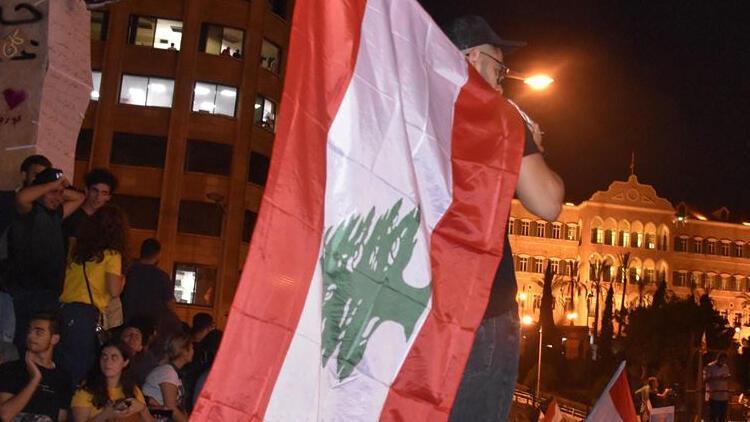 Lübnanda emekli maaşları ödenemedi