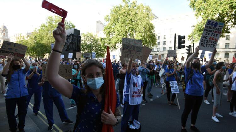 İngiliz sağlık çalışanlarından hükümete zam protestosu