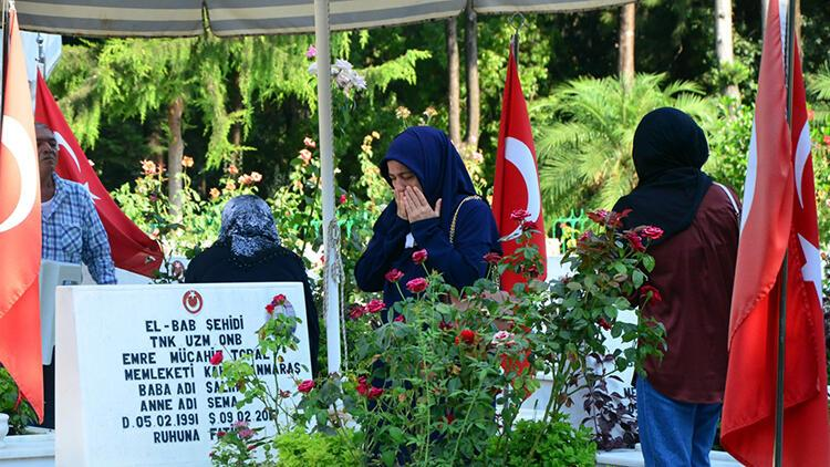 Adanada şehitliklerde duygusal ziyaret
